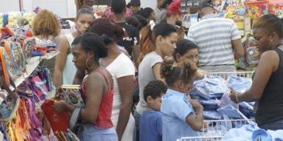 Cientos de padres y madres hacián la  compra  de útiles de sus hijos para el regreso a clase hoy.  Elieser Tapia