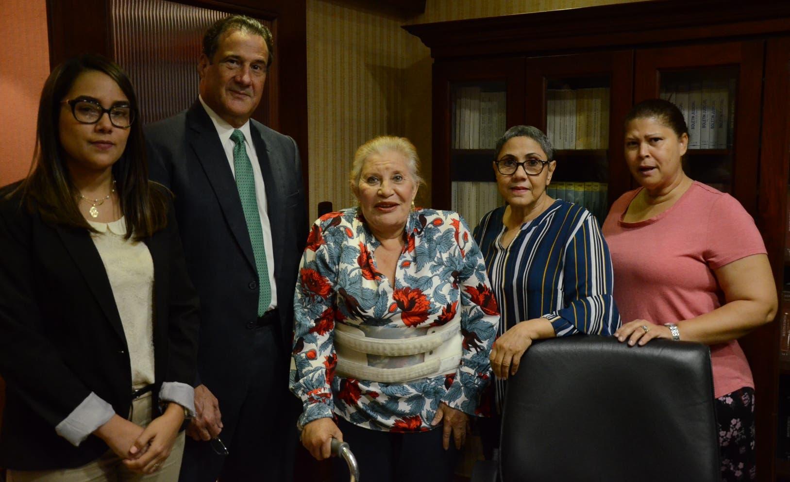 Los abogados Nellys Rivas y Gustavo Biaggi, las víctimas Sofía  Funes, Altagracia Holguín y Glennys Grullón.  José de León