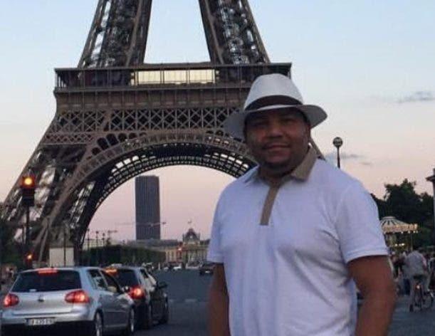 César e. Peralta, posa en la torre Eiffel, en París, Francia.