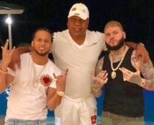 ElAlfa y Farruco junto con Castro Cordero.