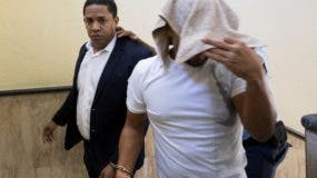 El expelotero Octavio Dotel Díaz y Roberto Cáceres José cuando eran conducidos a la  cárcel del Palacio de Justicia.  efe