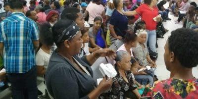 En las primeras horas de la mañana cientos de pacientes acudieron al hospital, pero directivos de la seccional del Distrito impidieron que sus colegas siguieran atendiéndo.  FUENTE EXTERNA.