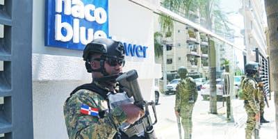 """Agentes  militares apostados en laTorre  Blue Tower, donde  realizaban allanamiento en el apartamento que reside """"El Abusador"""".   Elieser Tapia"""