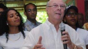 Hipólito Mejía habla a seguidores en Samaná.