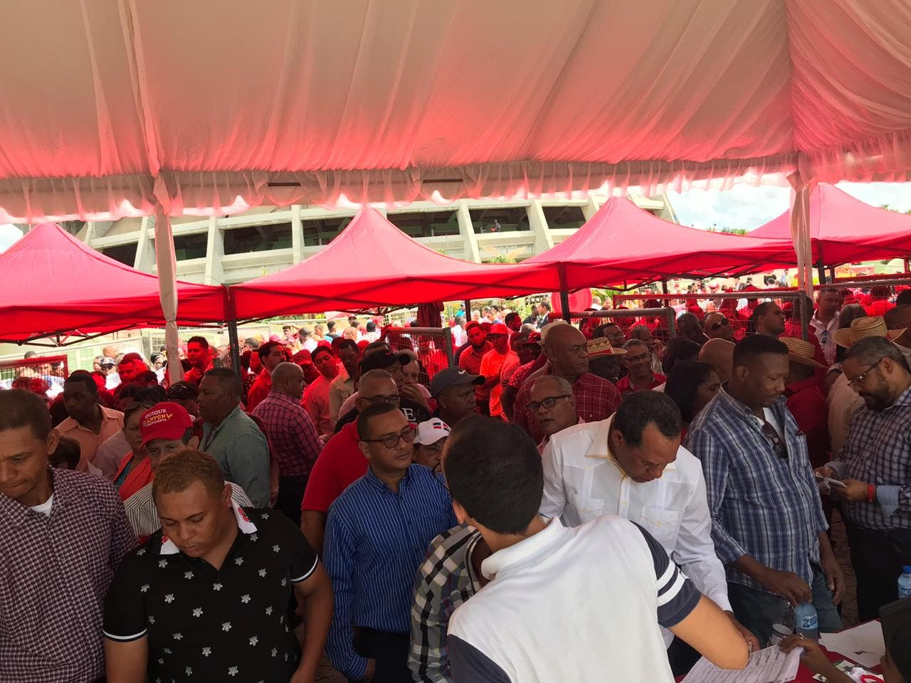 Los reformistas se registran para acceder al encuentro.