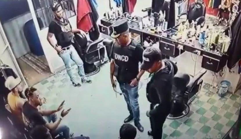 La acción de los agentes de la DNCD y la fiscal fueron captados en un video.