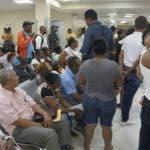 Algunos pacientes se marcharon sin ser atendidos luego que anunciaron el paro.  Elieser tapia