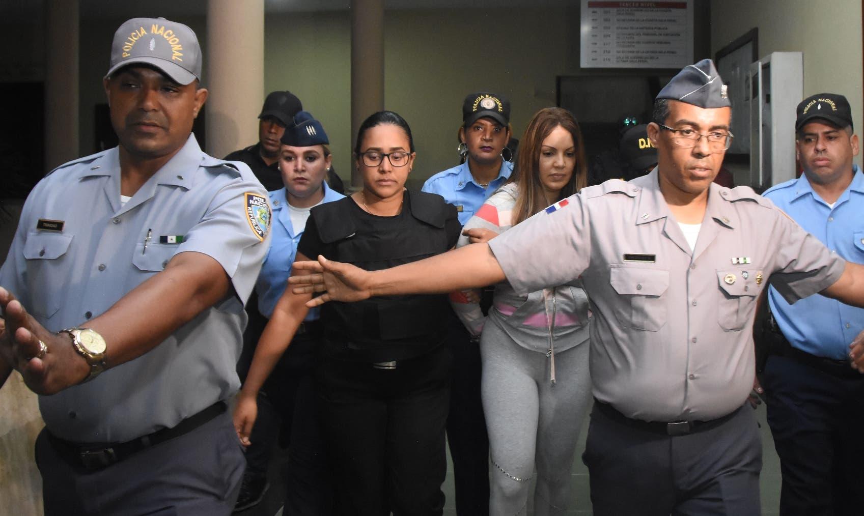 Momento  cuando autoridades trasladaban   a   Marisol Franco, mujer  de  César Emilio Peralta (César el Abusador) .  Alberto Calvo