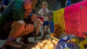 René Aguilar y Jackie Flores rezan en un memorial para las víctimas de un tiroteo en El Paso, Texas, el domingo 4 de agosto de 2019. AP