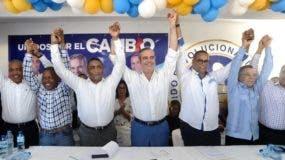 Luis Abinader (al centro) junto a dirigentes del PRM en Santo Domingo Este.