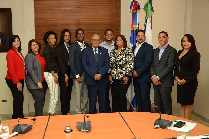 El gerente general del CNSS, Rafael Pérez Modesto junto a los integrantes de la Comisión de Ética del CNSS.