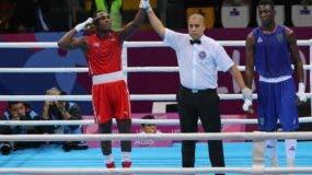 Julio La Cruz (i) de Cuba celebra al ganar la medalla de oro al derrotar a Keno Machado de Brasil, en boxeo peso semipesado masculino 81 kg este jueves en los Juegos Panamericanos Lima 2019, en el Coliseo Mariscal Grau del Callao, en Lima (Perú). EFE/Martin Alipaz