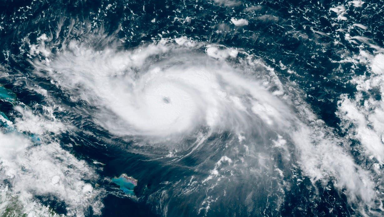 El ojo de Dorian, pronostican los meteorólogos, debería pasar lejos del sureste y centro de Bahamas este viernes y sábado, estar cerca o sobre el noroeste de Bahamas el domingo y aproximarse a Florida el lunes por la noche.