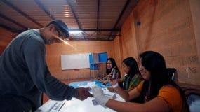 Los primeros votantes se acercan a los colegios electorales para las elecciones presidenciales de este domingo 11 de agosto de 2019 en la que los guatemaltecos elegirán entre la ex primera dama Sandra Torres del partido Unidad Nacional de la Esperanza y Alejandro Giammattei del partido Vamos. EFE