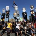 Los manifestantes tienen retratos de representantes de los líderes del G7 (LR), Donald Trump, Emmanuel Macron, Boris Johnson, Angela Merkel, Justin Trudeau, Shinzo Abe y Giuseppe Conte) durante una manifestación como parte de La contracumbre del G7 en Hendaya, cerca de Biarritz, Francia, el 24 de agosto de 2019, el día de la inauguración de la cumbre del G7. La Cumbre del G7 tendrá lugar del 24 al 26 de agosto en Biarritz.