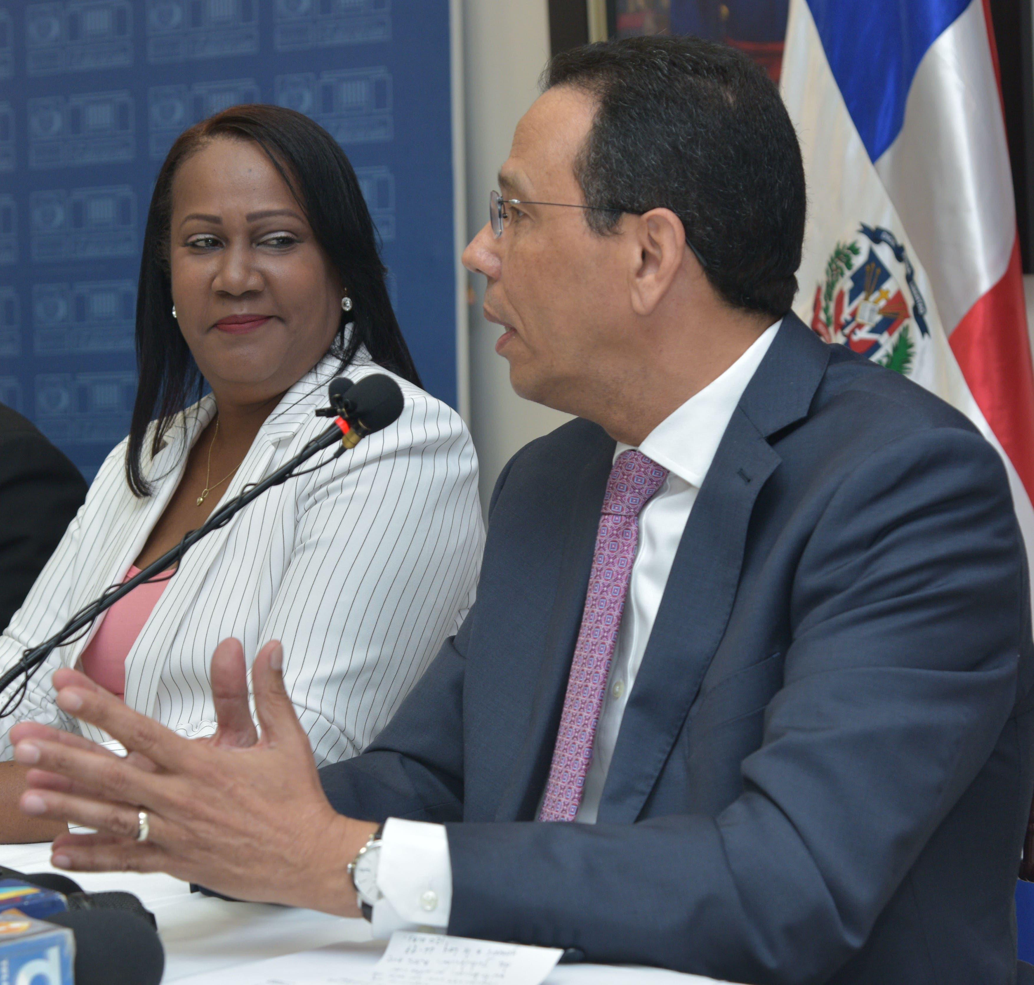 La presidenta de la ADP, Xiomara Guante y el ministro de Educación, Antonio Peña Mirabal.