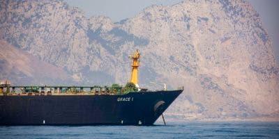 Vista del buque cisterna Grace 1, con el trasfondo del Peñón de Gibraltar, anclado en el territorio británico de Gibraltar, 15 de agosto de 2019, tras ser secuestrado por la Marina Real británica. (AP Foto/Marcos Moreno).