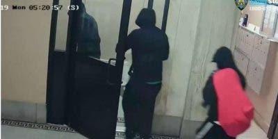 hispanos-se-hacen-pasar-por-policias-alto-manhattan-y-derriban-puertas