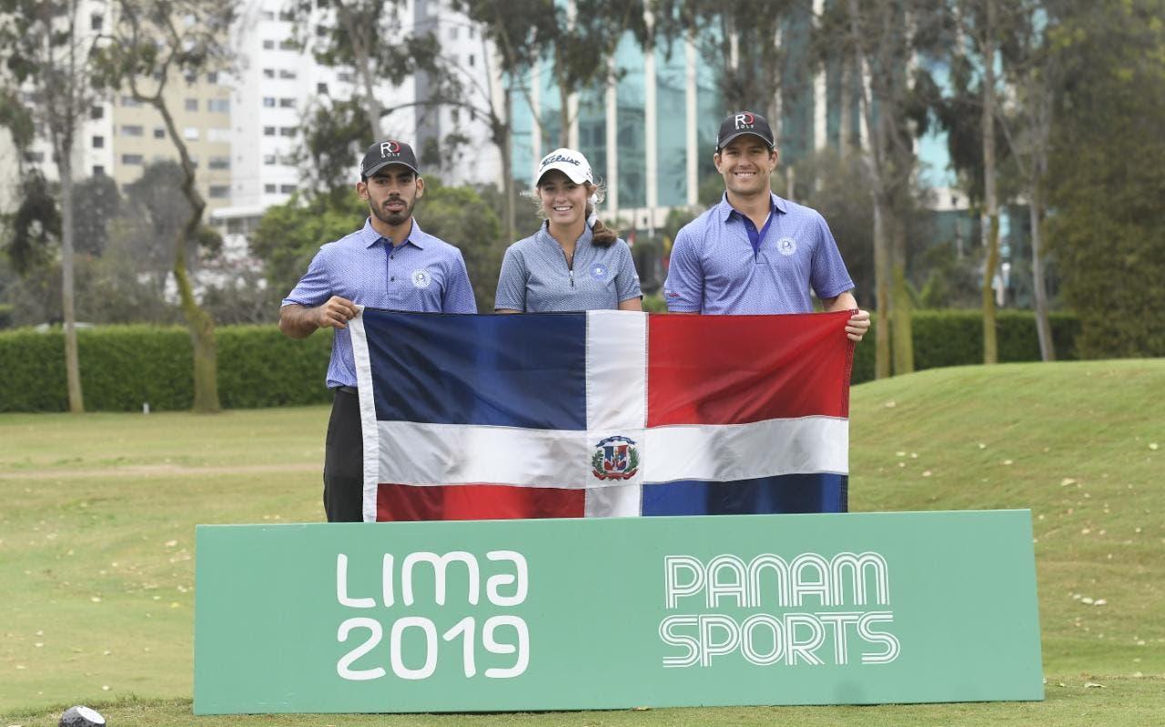 Desde la izquierda Juan José Guerra, Rachel Kuehn y Willy Pumarol, quienes desde mañana participarán en el golf en los Juegos Panamericanos de Lima 2019