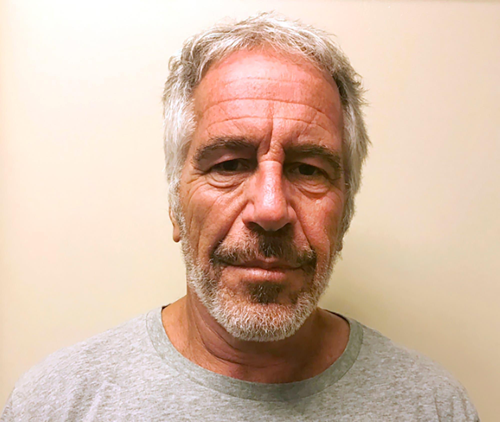 Jeffrey Epstein, el financista estadounidense acusado de abuso sexual de menores, fue encontrado muerto este sábado.