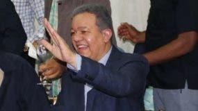 Leonel Fernández saluda durante el acto