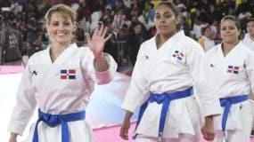 María Dimitrova junto a las otras dos integrantes del equipo dominicano.
