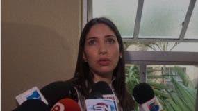 Massiel Javier de Dotel fue abordada por los periodistas al salir de la cárcel del Palacio de Justicia de Ciudad Nueva.