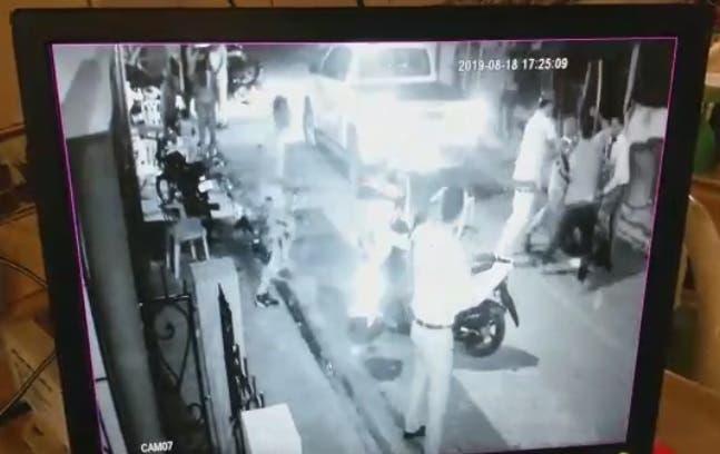 La paliza al agente de la policía fue captada por una cámara de vigilancia.