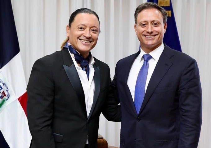 El merenguero Elvis Crespo visita al procurador Jean Alain Rodríguez y comprueban que son dos gotas de agua