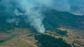 Un incendio emite humo en una parte de bosque amazónico en Altamira, en el estado de Pará, Brasil, el miércoles 28 de agosto de 2019. AP
