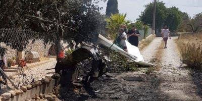 Esta foto proporcionada por Incendios f.Baleares muestra los restos en un camino cerca de Inca en Palma de Mallorca, España, el domingo 25 de agosto de 2019. Las autoridades de Mallorca dicen que al menos 5 personas murieron en una colisión entre un helicóptero y un avión ligero en La isla española. (Incendios f.Baleares vía AP)