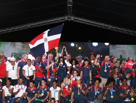 Pese a la lluvia: ciudadanos realizan recorridos con atletas que trajeron medallas de los Juegos Panamericanos