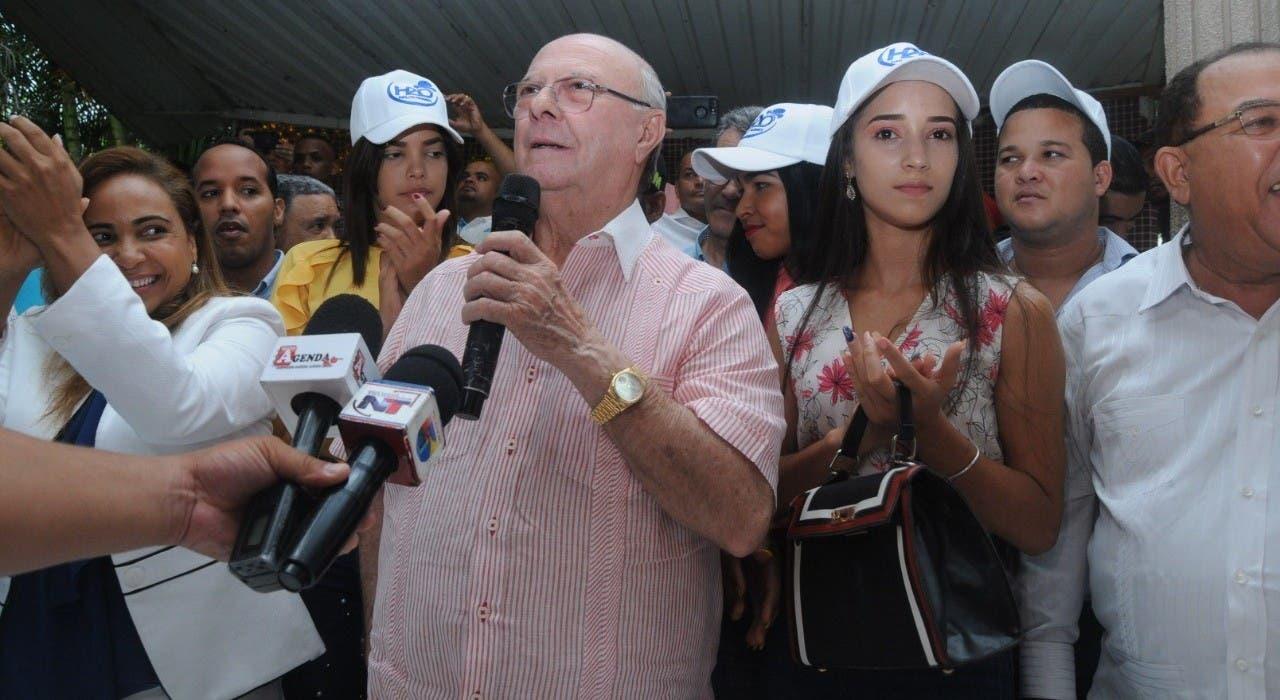 Hipólito  rodeado de jóvenes y mujeres en La Vega.