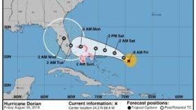 """Fotografía cedida este viernes por el Centro Nacional de Huracanes (NHC) donde se muestra el pronóstico de 5 días del paso del huracán Dorian por el Atlántico rumbo a las costas de la Florida (EE.UU.). El huracán Dorian sigue ganando fuerza con vientos máximos sostenidos de 110 millas por hora y podría convertirse este viernes en un ciclón de categoría mayor mientras se desplaza lentamente hacia Florida. El Centro Nacional de Huracanes (NHC) informó este jueves que Dorian podría llegar el lunes a Florida convertido en un """"extremadamente peligroso"""" de categoría 4 en la escala Saffir-Simpson (sobre un máximo de 5), es decir con vientos máximos sostenidos de 140 millas por hora. EFE/NHC/SOLO USO EDITORIAL/NO VENTAS"""