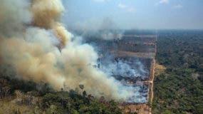 Una foto informativa puesta a disposición por Greenpeace Brasil que muestra humo saliendo del fuego en el bosque amazónico en Novo Progresso en el estado de Pará, Brasil, 23 de agosto de 2019. (Incendio, Brasil ) EFE