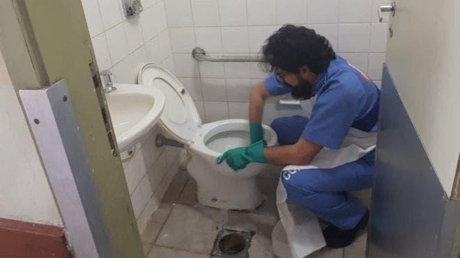 Por qué estos jueces pasan un día limpiando baños o barriendo calles