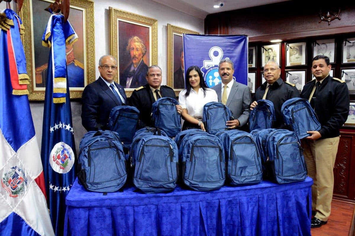 El vicealmirante Emilio Recio Segura y la presidenta de la Asociación de Esposas de Oficiales de la Armada de República Dominicana (ADEOAR), al momento de recibir el donativo de los útiles escolares.