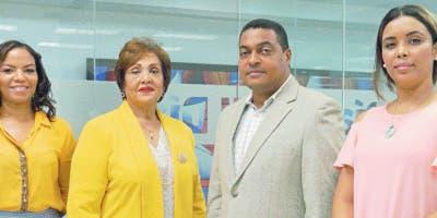 Nélsida Marmolejos  junto al director de EL DÍA, José P. Monegro, y  periodistas .  Elieser Tapia