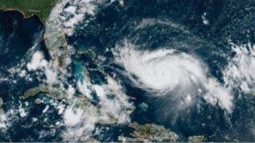 """El huracán Dorian se ha intensificado y ya comienza a ser visible un """"ojo"""" en el centro de la tormenta."""