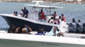 Los sobrevivientes del huracán Dorian abordan barcos privados para ser evacuados de la isla Gran Ábaco.