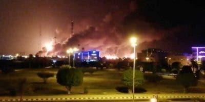 Así lucían las llamas en una de las principales plantas petroleras en Arabia Saudita tras los ataques.