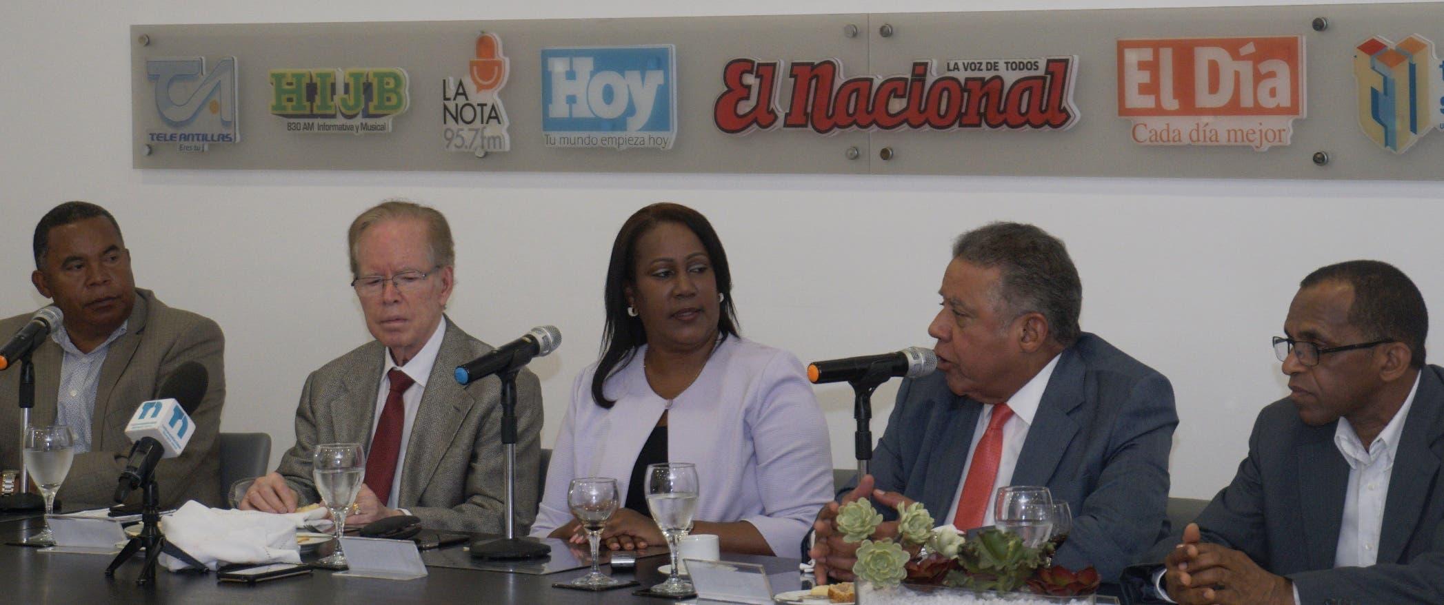 Xiomara Guante junto a José Luis -Pepín -Corripio Estrada durante el Almuerzo Semanal del Grupo de Comunicaciones Corripio.  Elieser Tapia