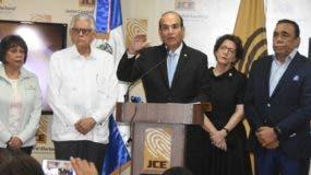 Julio César Castaños Guzmán, presidente de la JCE, junto a miembros titulares, ofrece detalles del simulacro.   Alberto Calvo