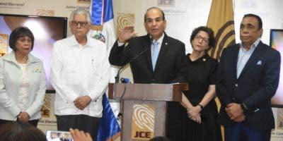 Julio César Castaños Guzmán, presidente de la JCE, junto a miembros titulares.   Alberto Calvo/archivo.