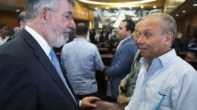 Víctor Díaz Rúa conversa con el empresario Ángel Rondón.
