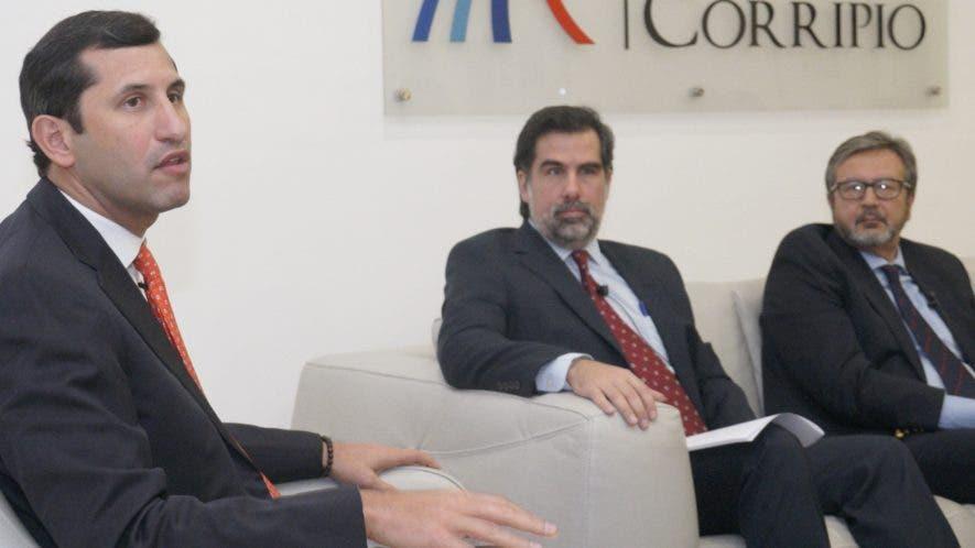 Roberto Herrera, Manuel Cabral y Salvatore Longo durante su participación en el Almuerzo Semanal del Grupo de Comunicaciones Corripio.  Elieser Tapia.