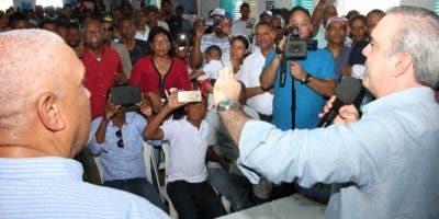 Abinader habla a seguidores en San Juan de la Maguana que respaldan su precandidatura presidencial.  fuente externa