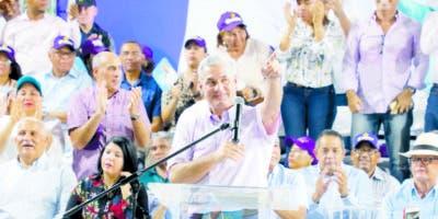 Gonzalo Castillo habla a seguidores en Sánchez Ramírez.