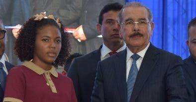 El presidente Danilo Medina mientras corta cinta.