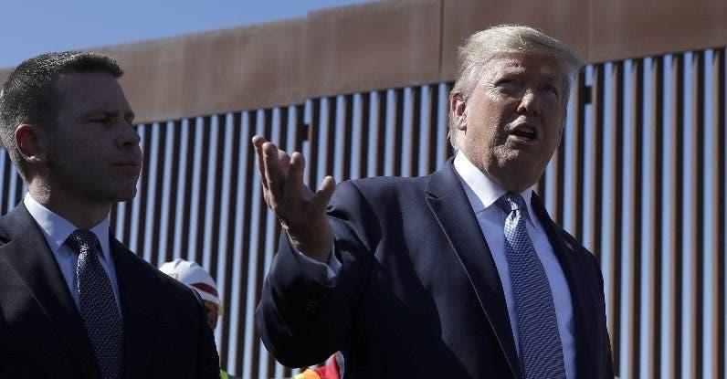 El presidente Donald Trump supervisa una franja del muro.